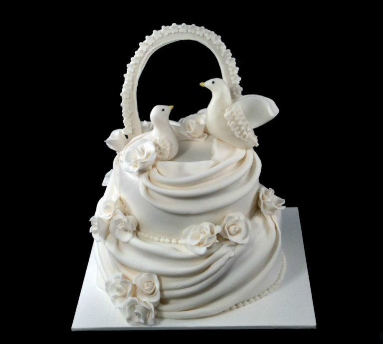 Свадебный торт с голубями