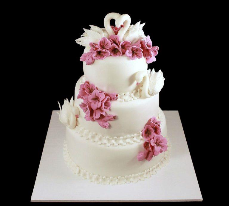 Свадебный торт с сиреневыми цветами