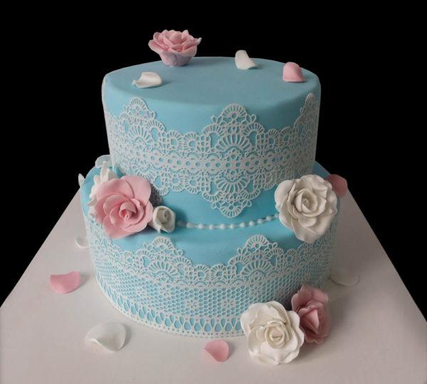 Голубой свадебный торт с кружевом