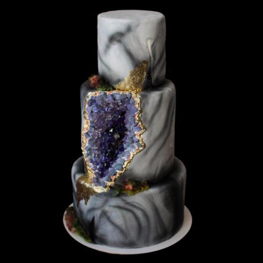 Свадебный торт с фиолетовыми кристаллами