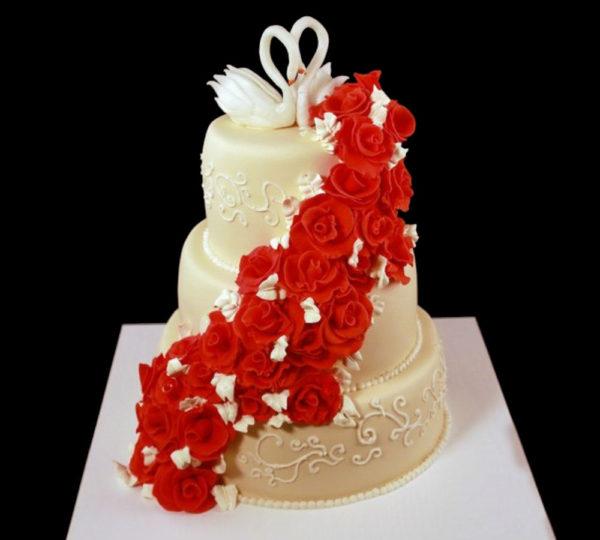 Свадебный торт с красными розами