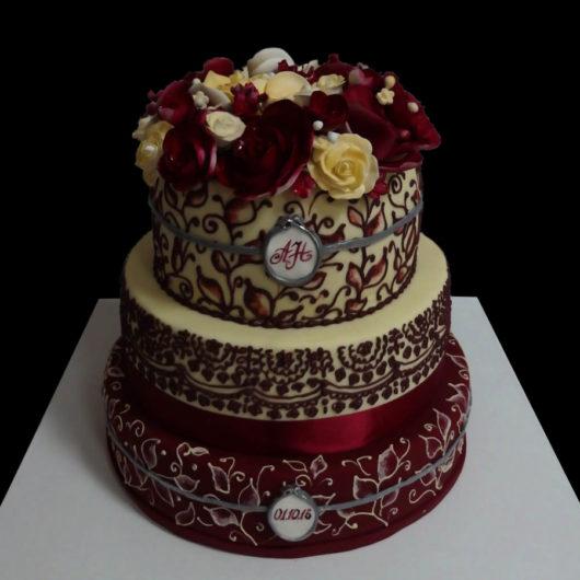 Свадебный торт с бордовым орнаментом