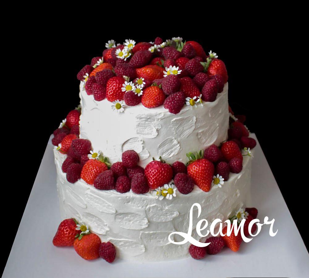 Свадебный торт с красными ягодами