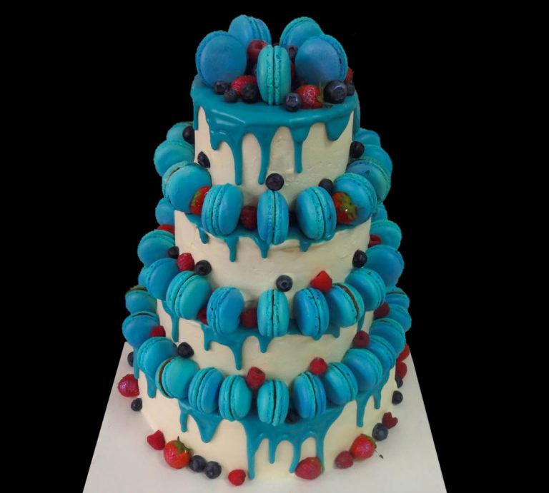 Свадебный торт с голубыми макарунами