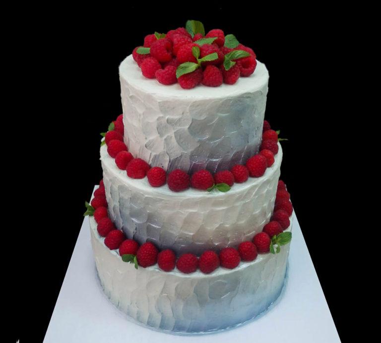 Свадебный торт с малиной
