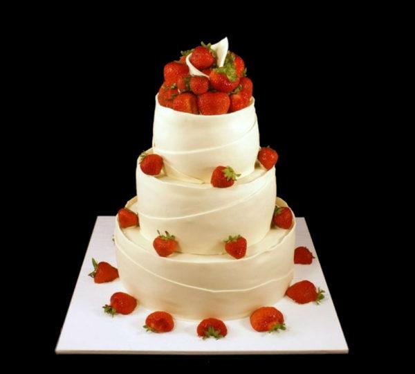 Свадебный торт с клубникой