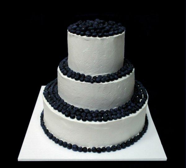Свадебный торт с голубикой