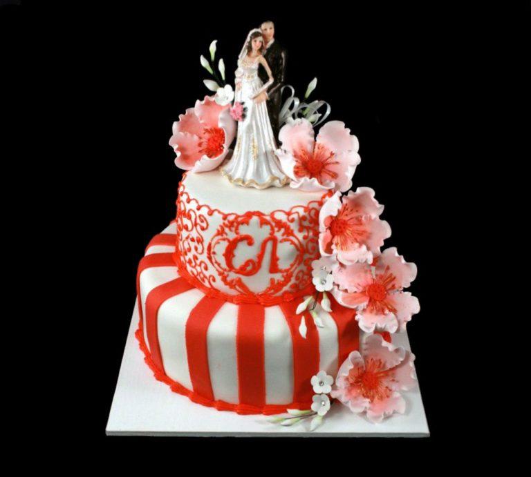 Свадебный торт с красными цветами