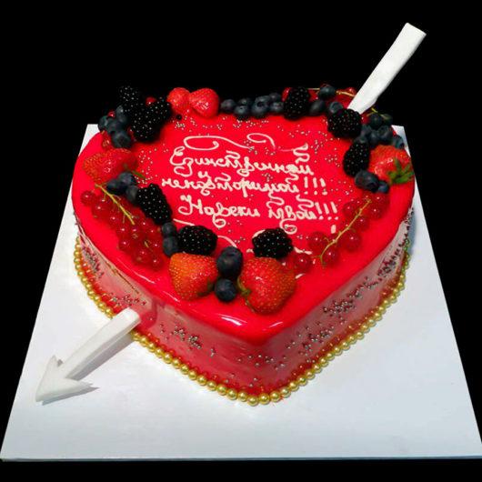 Торт красное сердце с ягодками