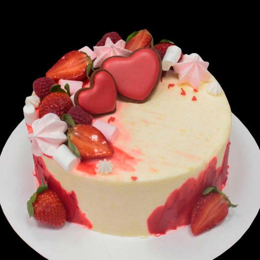 Торт с клубникой и сердечками